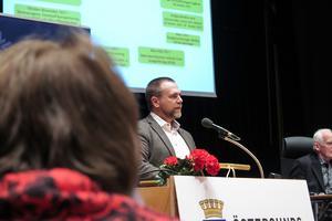 Kommundirektören Anders Wennerberg redogjorde för de snabba krafttag som enligt honom måste till för att räta upp den kommunala ekonomin som fått rejäl slagsida på grund av försämrade skatteintäkter.