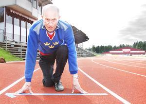 Folke Alnevik, här från en härlig bild på Gunder Häggstadion från 2015 med landslagströjan på, tog OS-brons i stafett i London 1948.