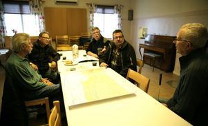 Börje Andersson, Erik Spännar, Tord Häggström, Göran Gref och Rolf Almstedt i byföreningen diskuterar nya dragningen av E 45 genom byarna i Orsa.