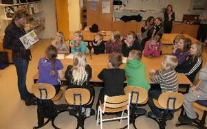 Maria Jönsson berättade för eleverna i Djurmo skola om hur hon arbetar och eleverna var riktigt frågvisa.FOTO: PER EKLUND