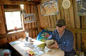 Ombonat. Kolarkojan är ett gediget snickararbete där Jan även lagt stor vikt vid att göra den tillfälliga bostaden hemtrevlig.