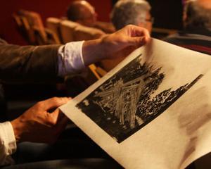 Under föreläsningen tryckte konstnären ett motiv föreställande hässjestörar i Lilllhärdal
