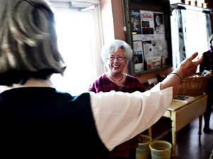 Ett glatt och kärt bemötande kan man vänta sig om man beger sig till mötesplatsen i Lit. Många kramar utdelades till besökande under gårdagen.