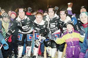 December 1993: Magnus Muhrén flankeras av Stefan Åsbrink, Thomas Pålsson, Hasse Åström och glada supportrar efter en match mot Västerås på Jernvallen.
