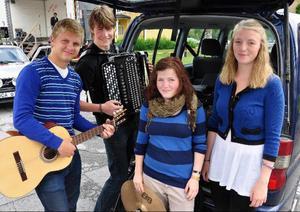 Så här ser den ut, Ragunda kommuns sommarorkester modell 2010 och som visade upp sig på Hammarstrands marknad. Från vänster Kristoffer Nordenström, Pålgård, kapellmästaren Anders Engström, Södra Halån, Maja Persson, Stugun, och Elon Jonsson, Hammarstrand. Orkestern har under tre veckor ett mycket späckat program i form av 22 framträdanden på allehanda inrättningar, främst vårdditon. LT:s kräsna öra gav framträdandet på marknaden mycket högt betyg.
