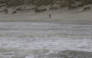 Vågbrus. En ensam man nära havet, tid för upplevelse och tankar.  Foto: Yves Logghe/TT