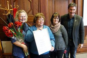 Carina Larsson, Berit Eriksson och Berith Olsson tog emot priset av Andreas Karlsson (C).