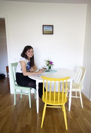 Pastell. Bordet och stolarna är köpta på loppis. Tove har själv målat om dem i olika pastelliga nyanser.