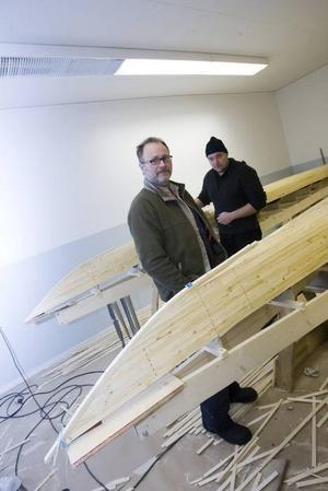100–150 timmar räknar Niclas Persson och Peter Carlsson med att det kommer att ta att bygga klart kajakerna. Kostnaden hamnar på drygt 5 000 kronor. Billigare än att köpa men det är inte där lockelsen ligger.