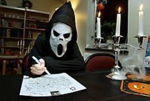 Vem skriver bästa spökhistorierna om inte ett spöke. Under masken döljer sig Oskar Herpai som bidragit med en historia om en skelettarmé till järnvägsmuseets skrivartävling. Foto: LEIF JÄDERBERG