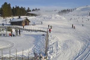 På Idre Fjäll är de flesta av nedfarterna öppna samtidigt som snökanonerna arbetar med att bygga hopp och bana för världscupen i ski cross om en månad.