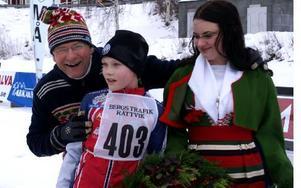 Per Mårthans och Johanna Hurtig med Viktor Berg, Leksand som vann ungdomsklassen.