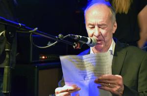 Kjell Höglund sjunger sin hylalde låt