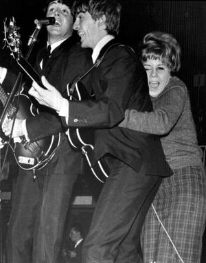 Hysterin var enorm när Beatles kom till Sverige. Här kramar ett ungt fan om George