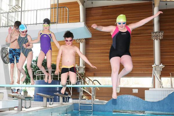 Sebastian Svensson (tvåa från höger) tog två brons på simtävling i Njurunda i helgen. Med var också Teo Görtz-Christensen, Jonna Persson, Nike Edén, Cornelia Moberg och Iris Zackrisson (som saknas på bild).