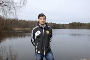 Sercan Yilmaz, här i bild från tiden som Korsnästränare, ersätter Patrik Bergström i Kvarnsveden.