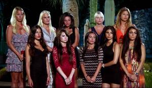 Tio tjejer skulle bli åtta under onsdagens rosceremoni och då valdes Veronika Ulander (här i röd klänning) bort av ungkarlen.
