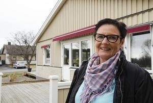 Altanen ska stå färdig till födelsedagen, det har Britt-Louise Nyholms sambo lovat.