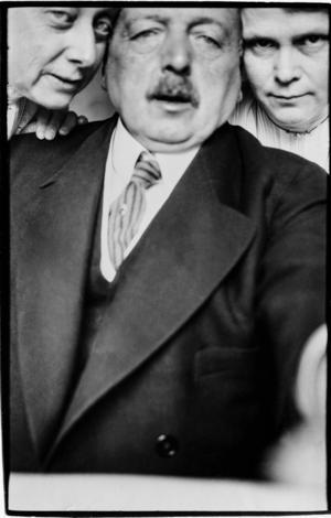 Anders Zorn var tidig med selfies. Här flankerad av Emma Zorn och Eva Sparre 1913. Dåtid och nutid flyter ihop.    Foto: Anders Zorn