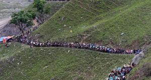 Pilgrimer på väg till det heliga templet i Himalaya. Här 125 kilometer nordöst om Srinagar i Indien.