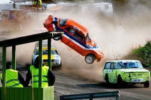 Tomas Berglund stod för dagens luftfärd och gav orden Upp som en himmel, ner som en pannkaka en ny innebörd. - Efter 15 raka heatsegrar dog bilen i alla fall med gaspedalen i botten, skämtade Tomas som trots sin luftfärd var vid gott mod efteråt.