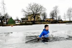 Olle Jäderqvist var inte helt nöjd med sitt beslut att prova på livräddning i isvak under Stadsskogsskolans friluftsdag. - Jag kommer inte att göra det igen, säger han.