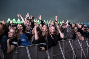 Publik när David Guetta, fransk DJ, spelar på musikfestivalen Summerburst på Gärdet i Stockholm under lördagen. Foto: Christine Olsson / TT / Kod 10430