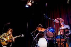 Gitarristen Nikki Lindholm och trummisen Kristin Warfvinge från Birka folkhögskola stod för en av kvällens mörkaste ljudbild.