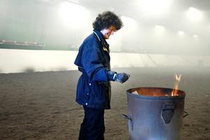 Anna Björklund eldade i ridtältet för att få snö och is på taket att smälta och hasa av.