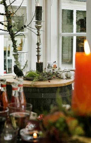 Hörnan som går i natur, svart och vitt bryter av och skänker ögat lugn i mot det färgsprakande festbordet som gästerna samlas kring.