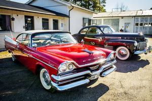 Deras röda Dodge Coronet från 1957, blänker i solen Till höger om den syns parets senaste köp, Cadillac Coupe Deluxe  från 1941.