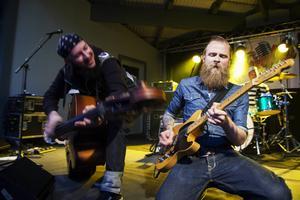 Rockabillybandet The Troubled Three har tidigare varit med i Talang 2011, här spelar de på Svea Parks utescen i Kaxås.
