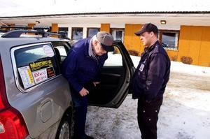 Gösta åker färdtjänst till och från sina besök på hälsocentralen i Svenstavik. Taxichauffören Lars-Johan Sund hjälper gärna till.Foto: Sandra Högman