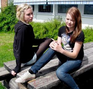 Utan jobb i sommar. Evelina Andersson och Felice Hedström är två av 877 elever i Örebro som blivit lovade ett sommarjobb, men nu blir utan.