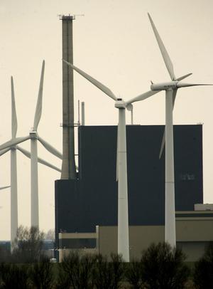 Vind och/eller kärnkraft. C och FP  om EU och energi. Bilden visar vindsnurror framför ett kärnkraftverk. Foto: TT