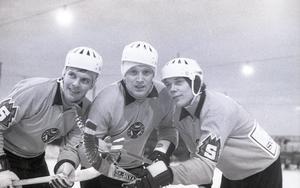 Dallas i mitten av den matchvinnande trion mot Edsbyn i december 1968. Till vänster ses Leif Wasberg och till höger Rolf