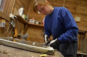 Kvistbro Träverkstad. Eleanor Heinonen öppnade eget i mars och hoppas kunna fortsätta att försörja sig på möbelsnickeri och fönsterrenovering.