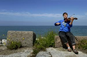 Folkmusikern Sara Parkman anordnar protestpolskor i Visby under Almedalsveckan.