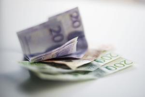 Totalt lurade den 49-årige mannen sju personer på pengar.