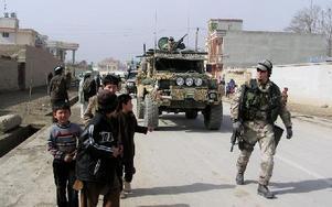 Svenska Isaf-soldater spelar fotboll med afghanska pojkar i centrala Mazar-i-Sharif. Foto: Ingrid Dahlbäck