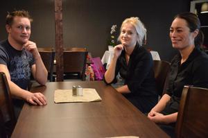 Större ytor. Ägarparet David Berger och Theresa Bohlin kan nu erbjuda runt 130 matplatser. I mitten deras ende anställda, Madeleine Jansson.