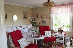 Vardagsrummet är rött och blommigt.