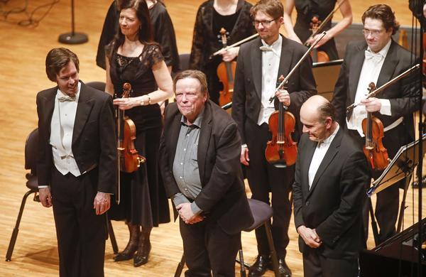 Västerås sinfoniettas tonsättarprofil Anders Nilsson strålade av glädje över hur hans verk hade tolkats. Här flankeras han av pianosolisten Martin Sturfält och dirigenten Gábor Takács-Nagy.