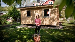 Sofia Heikkilä berättar att hon och maken Peter är mycket nöjda med huset på 20 kvadrat, men att byråkratin var något i hästväg.