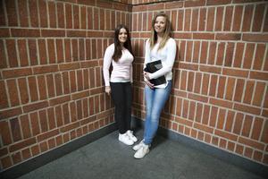 Sara Borg Bromée är fast besluten att flytta från länet för att se något annat. Kompisen Karolina Haraldsson kan tänka sig att stanna kvar.