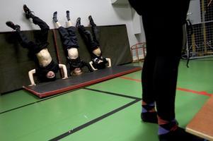 Tre killar visar magen. Man kan stå på huvudet i nästan en minut innan man blir alldeles röd i ansiktet.