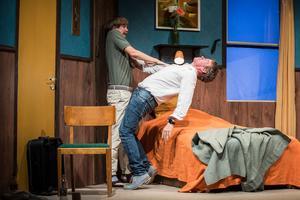Christer (Tomas Åhnstrand) har slagit en vas i huvudet på sin frus psykiater, dr Wolf (Figge Norling).