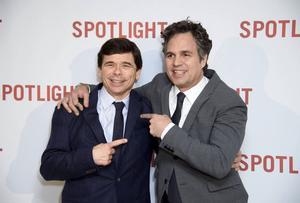 Skådespelaren Mark Ruffalo (till höger) poserar med Boston Globe-reportern Michael Rezendes.
