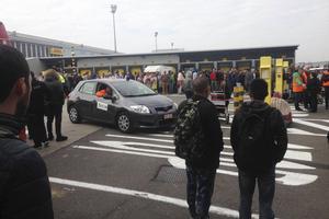 På landningsbanan dit passagerare evakuerades strax efter terrordådet.