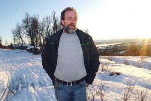 Efter 7 år har Mats Kålen nått vägs ände med sitt byggärende på familjens gamla fäbodvall i Ullådalen. Trots allt hoppas han ändå på att någon någonstans ska ge honom rätt till slut. Men han vet inte vem.
